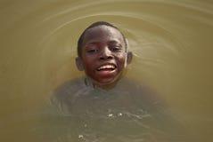 Garçon africain dans le fleuve Image libre de droits