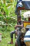 Garçon Afro-équatorien s'asseyant sur l'avant d'un ` de train de fantôme de ` dans la jungle images stock