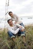 Garçon afro-américain avec le père en fonction à la plage photos stock