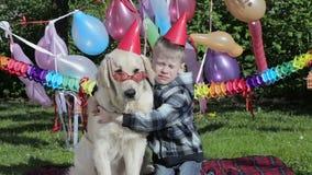 Garçon allergique et un chien banque de vidéos
