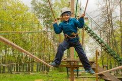 Garçon 6 ans de passages de ville de corde Images libres de droits