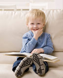Garçon appréciant affichant un livre Image libre de droits