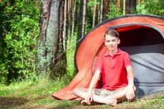 Garçon appréciant l'été dans un camping Image libre de droits