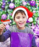 Garçon appréciant le cadeau de Noël Images libres de droits