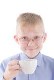 Garçon appréciant une cuvette de café chaude intéressante photo stock