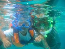 Garçon apprenant à nager Photos libres de droits