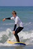 Garçon apprenant à surfer 1 images stock