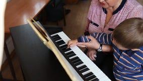 Garçon apprenant comment au piano de jeu clips vidéos