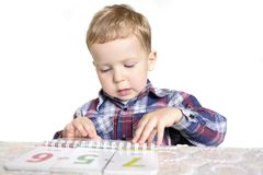 Garçon apprenant des numéros Photos libres de droits