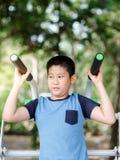 Garçon asiatique avec l'équipement d'exercice extérieur Image libre de droits