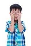 Garçon asiatique couvrant son oeil D'isolement sur le fond blanc Photo libre de droits