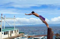 Garçon asiatique de plongée dans le port Photos stock