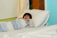 Garçon asiatique de sommeil sur le lit Images libres de droits