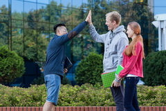 Garçon asiatique donnant l'ami cinq Image libre de droits