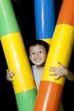 Garçon asiatique heureux jouant dans la cour de jeu Photos libres de droits