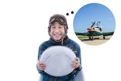 Garçon asiatique jouant avec l'avion de boîtier blanc Images stock