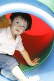 Garçon asiatique mignon dans une cour de jeu Photo libre de droits