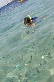 Garçon asiatique naviguant au schnorchel en eau de mer claire Photo stock