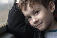 Garçon au portrait de sourire de fenêtre photographie stock