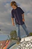Garçon au stationnement de patin Photo stock