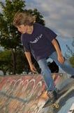 Garçon au stationnement de patin Photos libres de droits