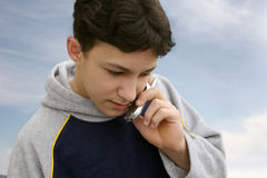 Garçon au téléphone Photos libres de droits