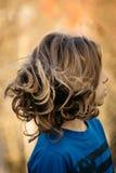 Garçon avec de longs cheveux photo stock
