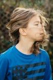 Garçon avec de longs cheveux images libres de droits