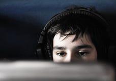 Garçon avec des écouteurs Image libre de droits