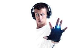 Garçon avec des écouteurs et la musique de écoute d'isolement sur le blanc Image stock
