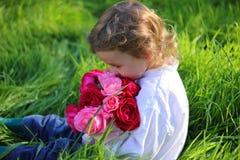 Garçon avec des fleurs Photographie stock