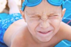 Garçon avec des glaces de natation image stock