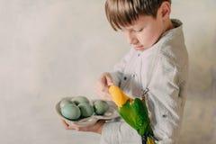 Garçon avec des oeufs de pâques et un perroquet Photos libres de droits