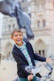 Garçon avec des oiseaux près de cathédrale de Notre Dame de Paris à Paris, France Images libres de droits