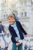 Garçon avec des oiseaux près de cathédrale de Notre Dame de Paris à Paris, France Photo stock