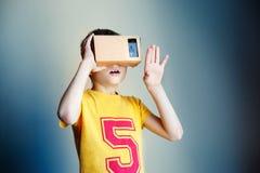 Garçon avec des verres de réalité virtuelle Futur concept de technologie Technologie de l'image moderne Photo stock