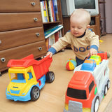 Garçon avec deux camions Photo libre de droits