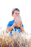 Garçon avec du pain dans le grain Photo stock
