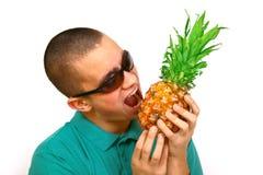 Garçon avec l'ananas Photographie stock libre de droits