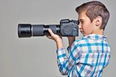 Garçon avec l'appareil-photo prenant des photos Images libres de droits