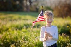 Garçon avec l'indicateur américain Photo stock
