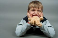 Garçon avec l'ours de nounours photographie stock
