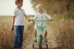 Garçon avec la fille dans le domaine de blé Image libre de droits