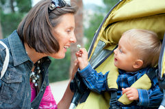 Garçon avec la mère en stationnement Photo stock