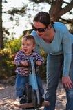 Garçon avec la mère sur la cour de jeu Photo stock