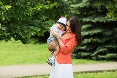Garçon avec la maman en parc Photographie stock libre de droits