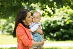 Garçon avec la maman en parc Images stock