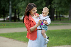 Garçon avec la maman en parc Image libre de droits