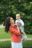 Garçon avec la maman en parc Photographie stock