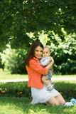 Garçon avec la maman en parc Images libres de droits